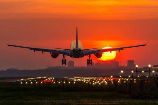 Fototapet Avion 13 - Decolare si apus de soare