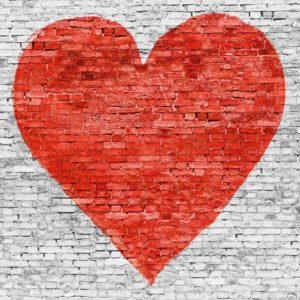 Fototapet - Perete din caramida alba, desen inima rosie