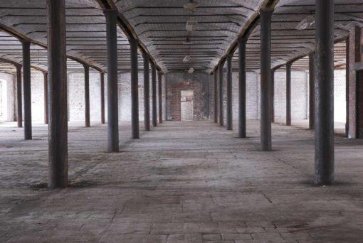 Fototapet Caramida 01 - Sala industriala, pereti de sustinere, podea din piatra, contraset ridicat. Design industrial.